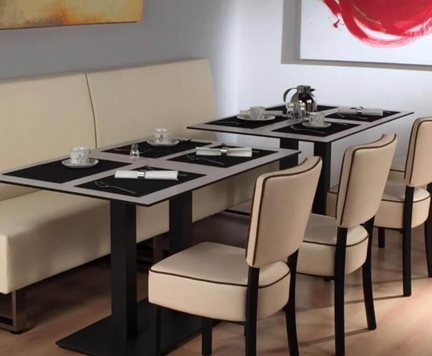 Sofás tapizados en polipiel para restaurante junto con mesas y sillas